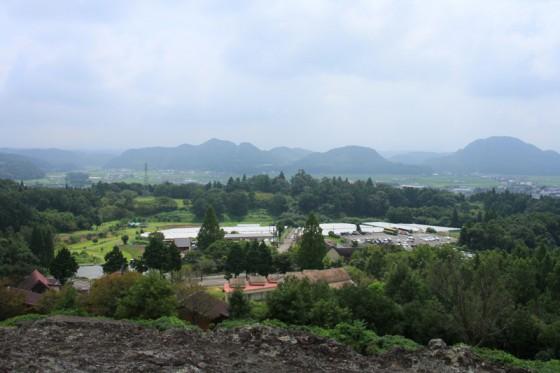 ワイナリーを前景に、晴れていれば遠く由布岳まで望める。