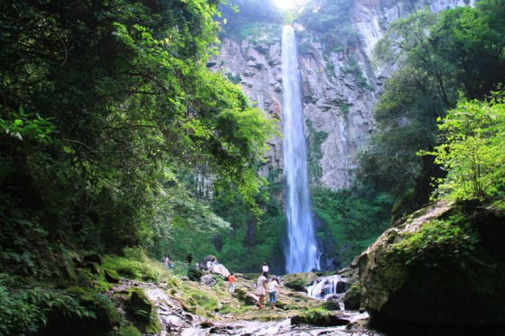 名瀑「東椎屋の滝」落差85メートル。
