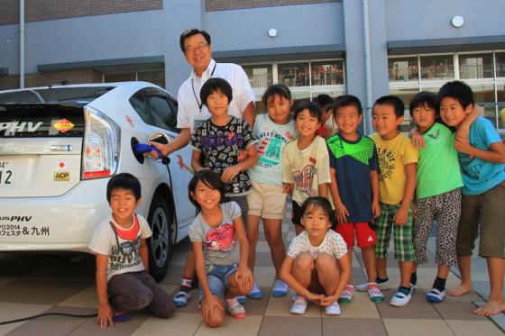 子供たちに囲まれた本田校長先生に充電していただいた。
