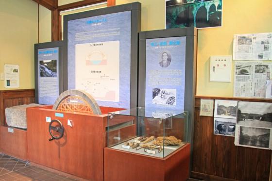 石橋の歴史や工法などの展示物がある。
