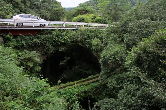 最古の石橋は1863年架設の「打上橋」。水道橋との2段石橋は草と苔に覆われている。