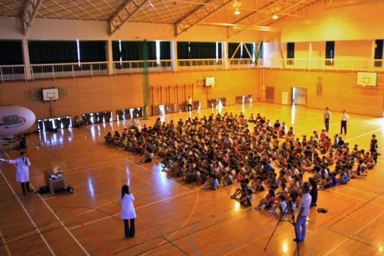広い体育館に御船小学校350人の児童が入場。いよいよトヨタ飛行船エネルギー教室がスタート!