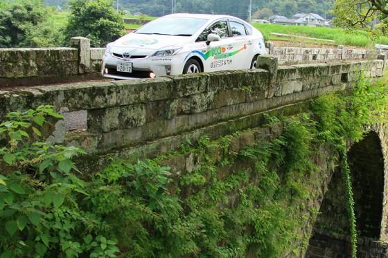 橋脚には草が生い茂り歴史と趣きを醸している。