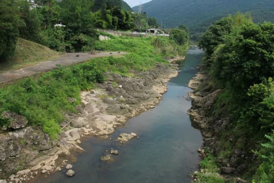 """今日は穏やかな流れだが、ひとたび大雨が降ると""""暴れ川""""に変貌するという恵良川。"""