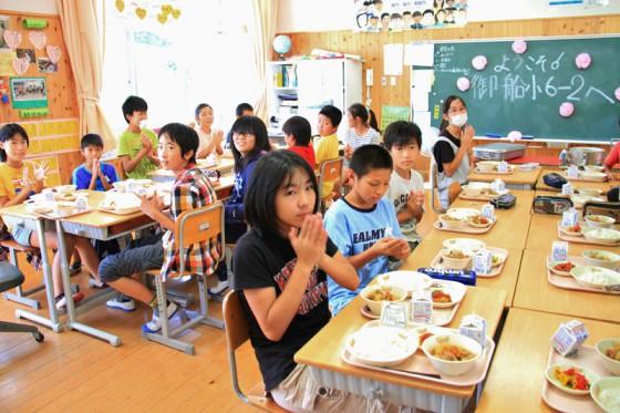 子供たちと給食を一緒にいただいた。