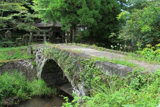 山間の神社に掛かる「一の橋」は小さいながら均整の取れた素朴な石橋。1893年架設。