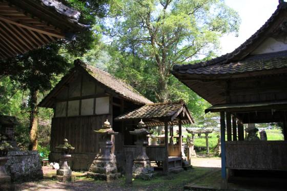一の橋を渡った鳥居の向こうには神楽殿のある北山水神社がひっそりと佇む。