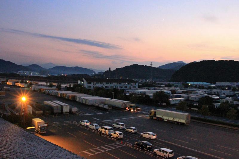 新門司港に宵闇が迫り、乗船時間を向かえた。