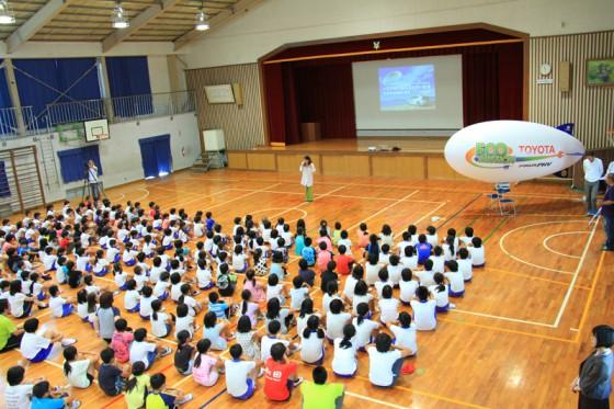 子供たちが体育館に整列して、いよいよトヨタ飛行船エネルギー教室が始まる。