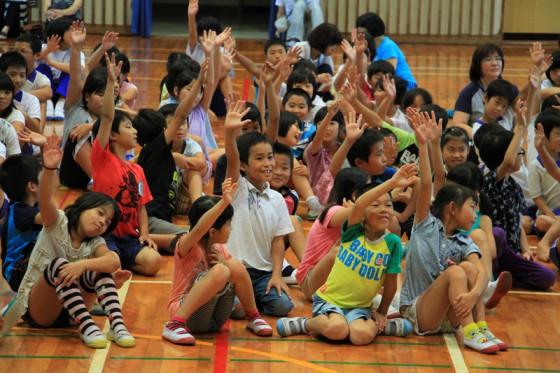 エネルギークイズに元気いっぱいで答える子供たち。