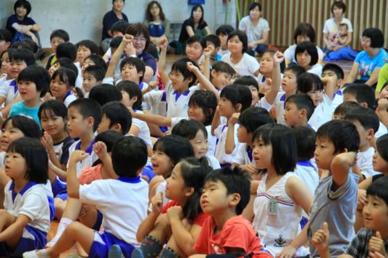 エコミッションで巡った世界のエピソードに目を輝かせる子供たち。