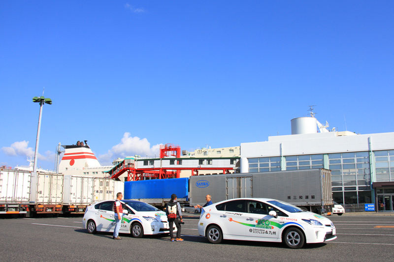 12時間の瀬戸内海クルーズを終えて神戸港に到着したプリウスPHV & プリウス。