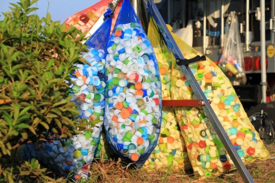 全国の学校やビーチクリーンで集められたペットボトルのキャップがキャラバン隊の糧となる。