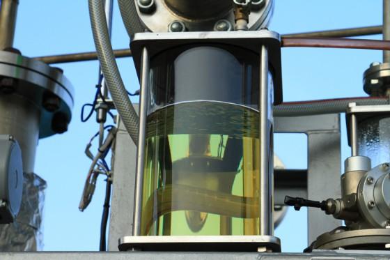 ペットボトルのキャップが淡黄の透明な油に化ける。