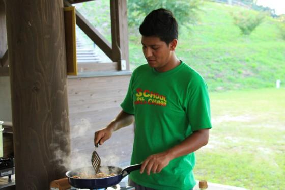 カトマンズ出身のアンディーさんが本場のネパール料理を振る舞ってくれた。
