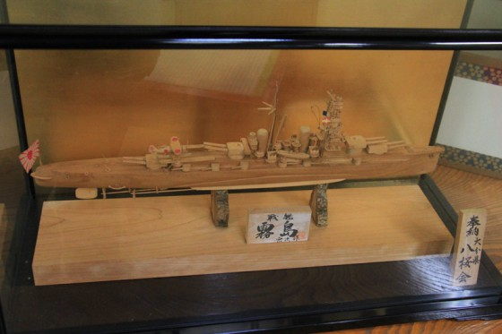 帆足さんが平和を願い心を込めて手作りした「霧島」の木製模型が奉納されている。