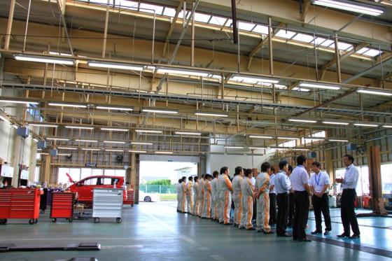 広々としたサービス工場で朝礼が行われていた。
