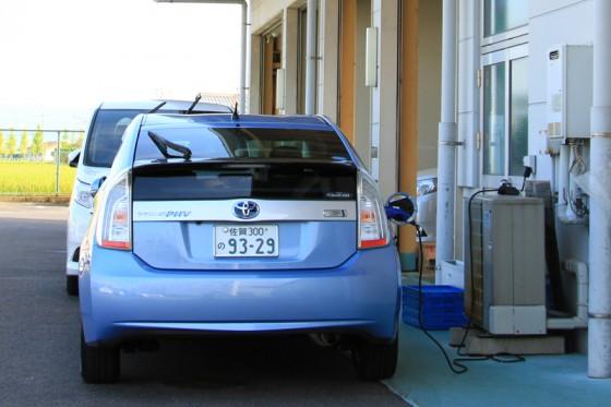 プリウスPHVの試乗車も充電してお客様を待っている。