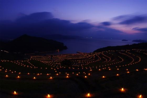 毎年稲刈りの後、収穫を祝う火祭りが行われる。(画像引用:まつうら観光物産協会)
