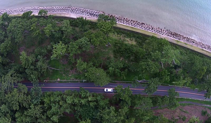 玄界海岸「さつき松原」を走るプリウスPHVを上空から。