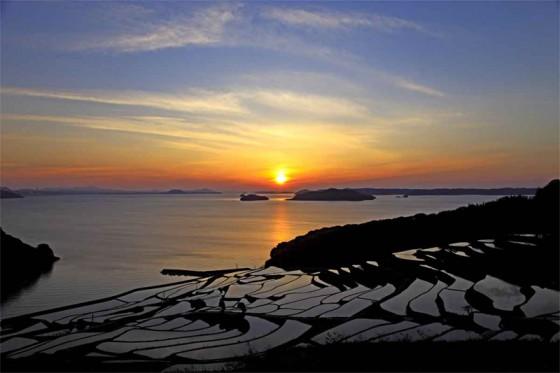 田植え前後の水を張った棚田の夕景が美しさを是非堪能したい。(画像引用:まつうら観光物産協会)