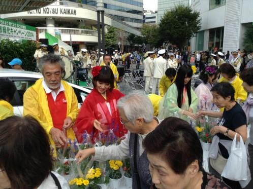 あいち戦国姫隊も花鉢を手渡し。