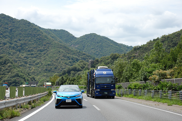 中国山脈を縫うように走る山陽道は坂が多く緩やかなアクセルワークで大型トラックをパスするのもひと苦労だ。