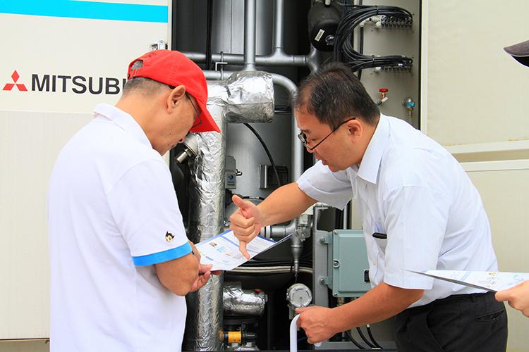 水素製造プラントを三菱化工機の平下所長に丁寧に案内していただいた。写真はメタンと水蒸気を反応させる水素製造装置。
