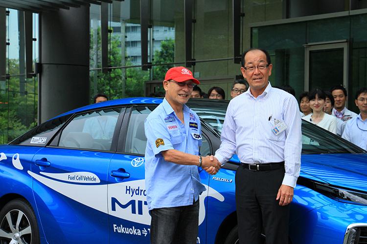 がっちりと握手を交わす田中CEと横田